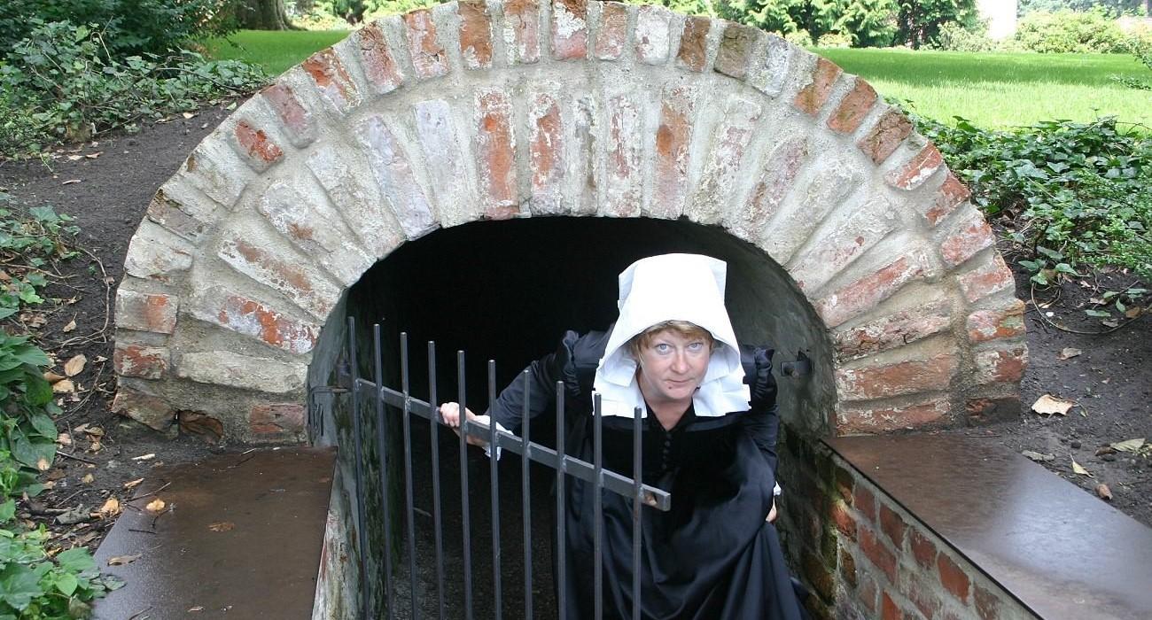 'Fräulein Maria' vor dem Mariengang im Schlosspark Jever